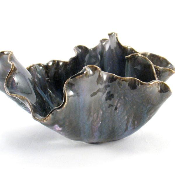 Dekoracyjna misa ceramiczna o nieregularnym kształcie, została uformowana ręcznie z jasnej gliny według autorskiego projektu w jednym egzemplarzu.