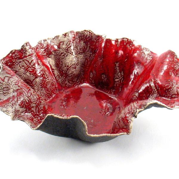 Misa ceramiczna czerwona koronka będzie ciekawą ozdobą domu, ładnie zaprezentuje się w w salonie, jadalni lub w kuchni.