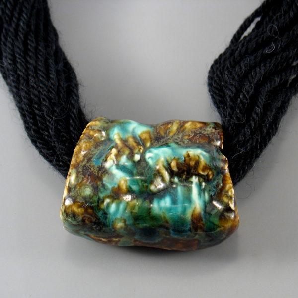 Naszyjnik ceramiczny na wełnie
