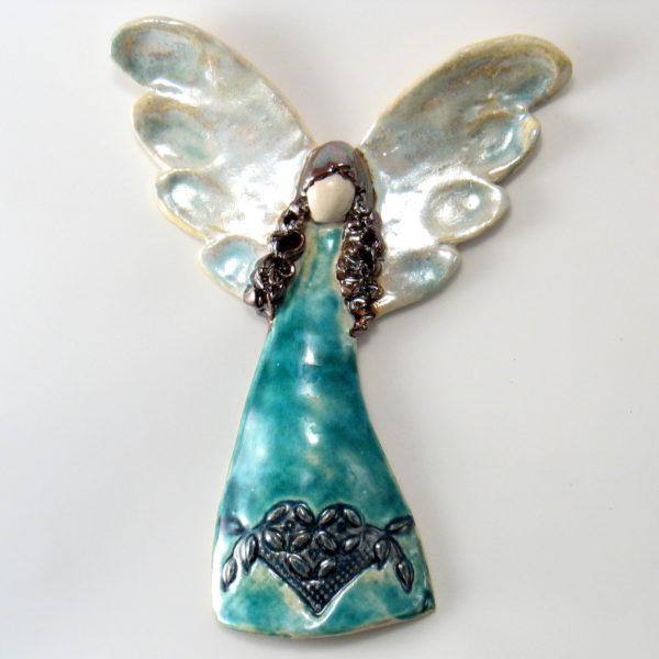 Anioł ceramiczny ze srebrzystymi skrzydłami