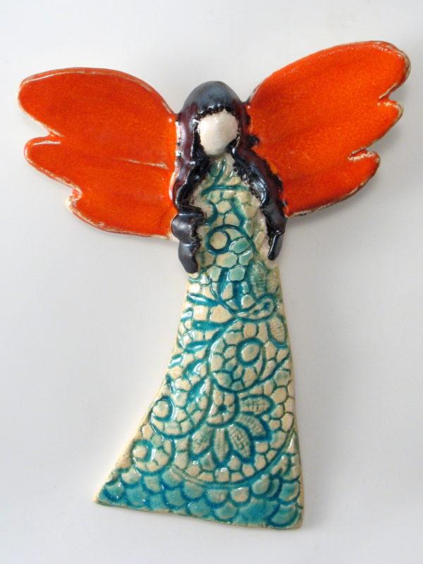 Anioł ceramiczny z ognistymi skrzydłami