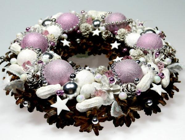 Wianek świąteczny różowo-pastelowy wykonany na podkładzie słomianym z szyszek, bombek, suchych i sztucznych roślin i świątecznych ozdób.