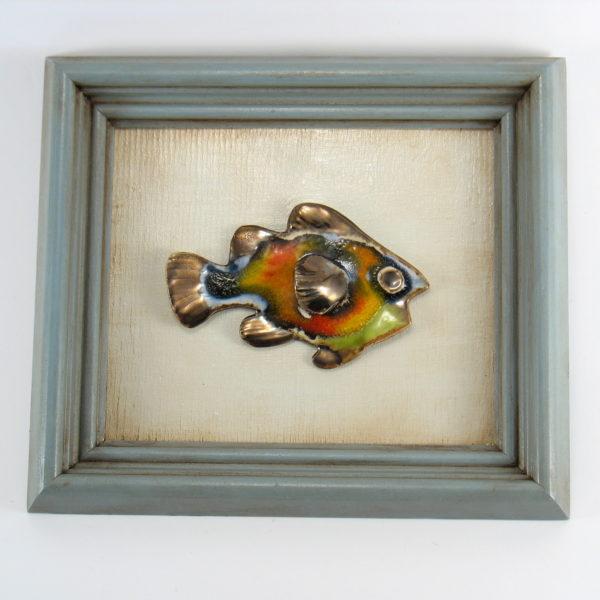 Rybka ceramiczna w ramie, zawieszka na ścianę, oprawiona w drewnianą, postarzaną ramę o wymiarach 20,5 x 23,5 cm, rękodzieło. Doskonały prezent.