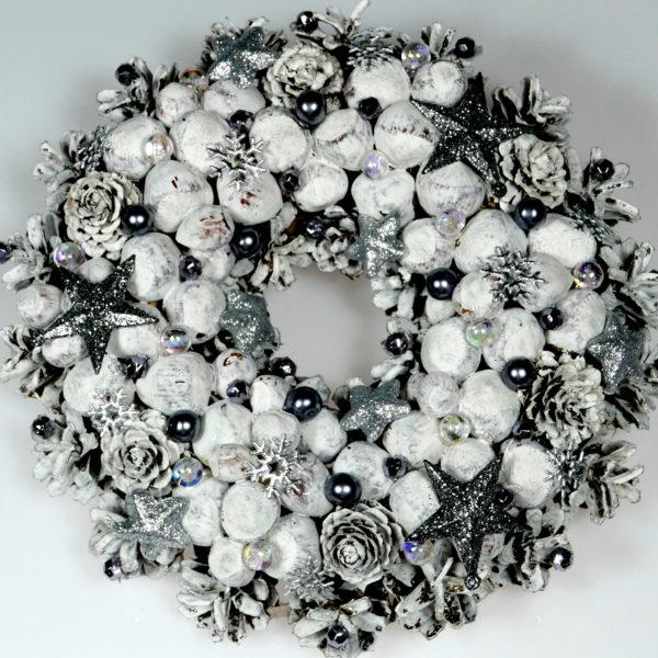 Biały wianek świąteczny z orzechami