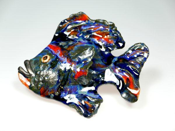 Niebiesko-czerwona ryba ceramiczna