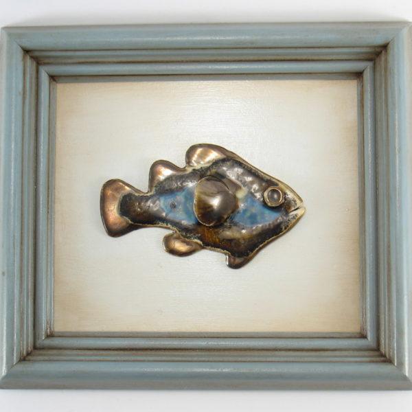 Niebieska rybka w ramie, ceramiczna zawieszka na ścianę, oprawiona w drewnianą, postarzaną ramę o wymiarach 20,5 x 23,5 cm, doskonały prezent