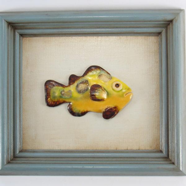 Żółta rybka w ramie , ceramiczna zawieszka na ścianę, oprawiona w drewnianą, postarzaną ramę o wymiarach 20,5 x 23,5 cm, doskonały prezent