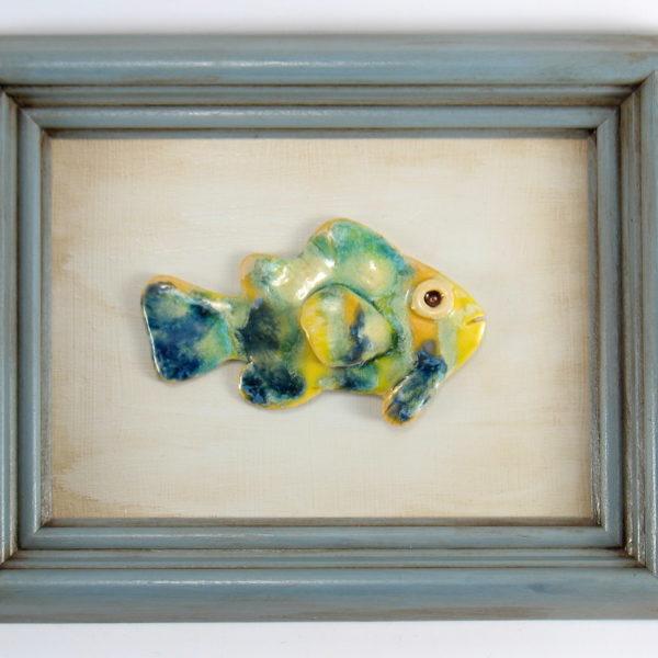 Turkusowo-żółta rybka w ramie , ceramiczna zawieszka na ścianę, oprawiona w drewnianą, postarzaną ramę o wymiarach 20,5 x 23,5 cm, doskonały prezent.