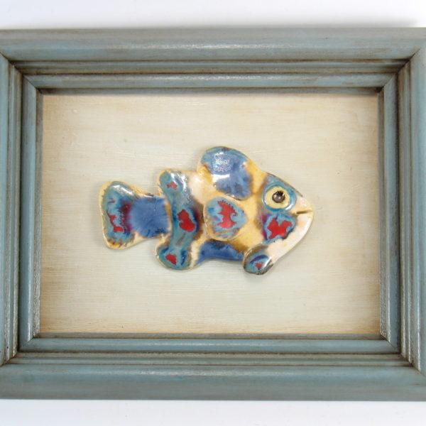 Kolorowa rybka w ramie, ceramiczna zawieszka na ścianę, oprawiona w drewnianą, postarzaną ramę o wymiarach 20,5 x19 cm, doskonały prezent.