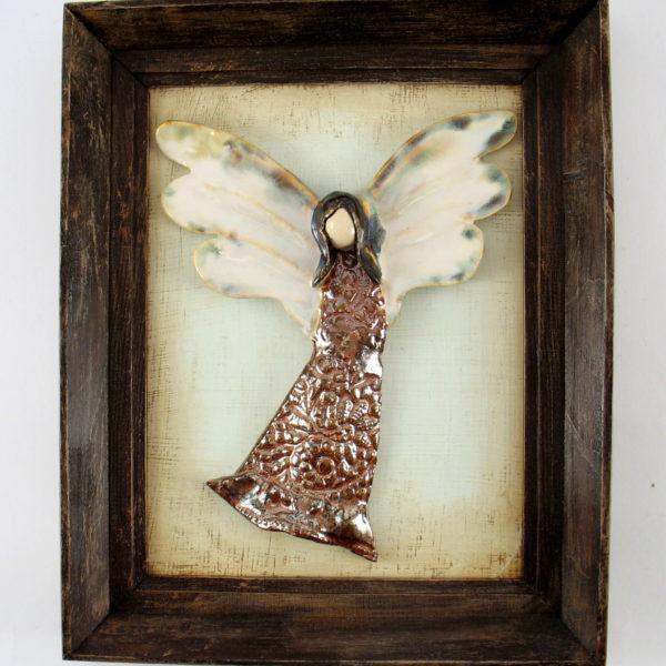 Miedziano-brązowy anioł w ramie, ceramiczna zawieszka na ścianę, oprawiony w drewnianą, postarzaną ramę o wymiarach 20,5 x19 cm, doskonały prezent.