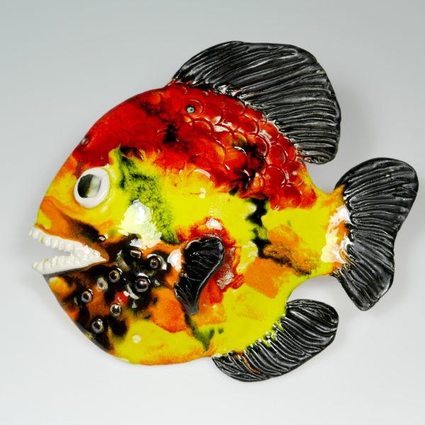 Żółto-czerwona ryba ceramiczna