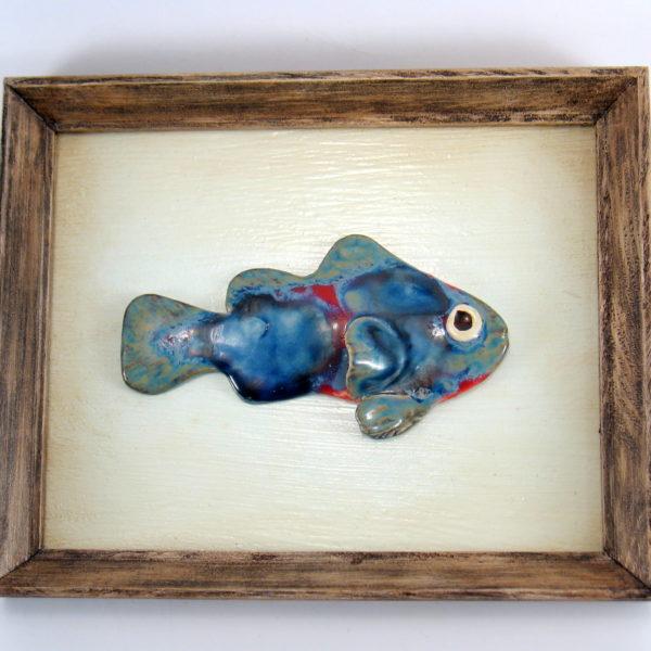 Granatowa rybka w ramie, ceramiczna zawieszka na ścianę, oprawiona w drewnianą, postarzaną ramę o wymiarach 20,5 x19 cm, doskonały prezent.