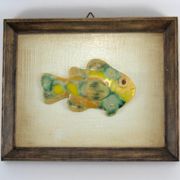 Żółto-zielona rybka w ramie, ceramiczna zawieszka na ścianę, oprawiona w drewnianą, postarzaną ramę o wymiarach 20,5 x19 cm, doskonały prezent.
