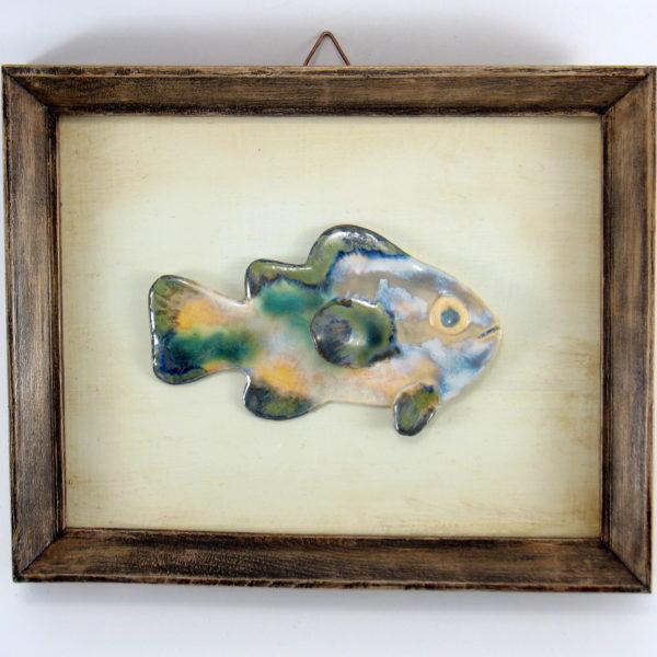 Pastelowa rybka w ramie , ceramiczna zawieszka na ścianę, oprawiona w drewnianą, postarzaną ramę o wymiarach 20,5 x19 cm, doskonały prezent.