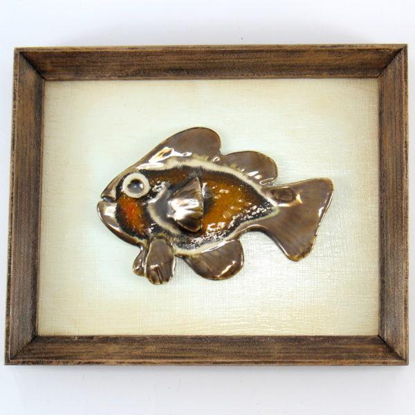 Złotobrązowa rybka w ramie, ceramiczna zawieszka na ścianę, oprawiona w drewnianą, postarzaną ramę o wymiarach 20,5 x19 cm, doskonały prezent.