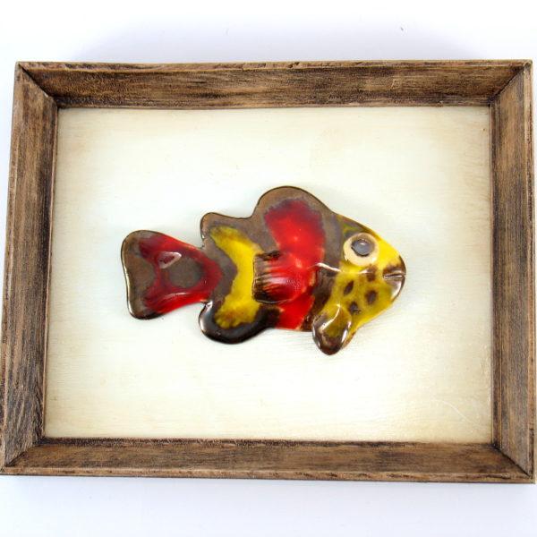 Czerwono-żółta rybka w ramie , ceramiczna zawieszka na ścianę, oprawiona w drewnianą, postarzaną ramę o wymiarach 20,5 x19 cm, doskonały prezent.