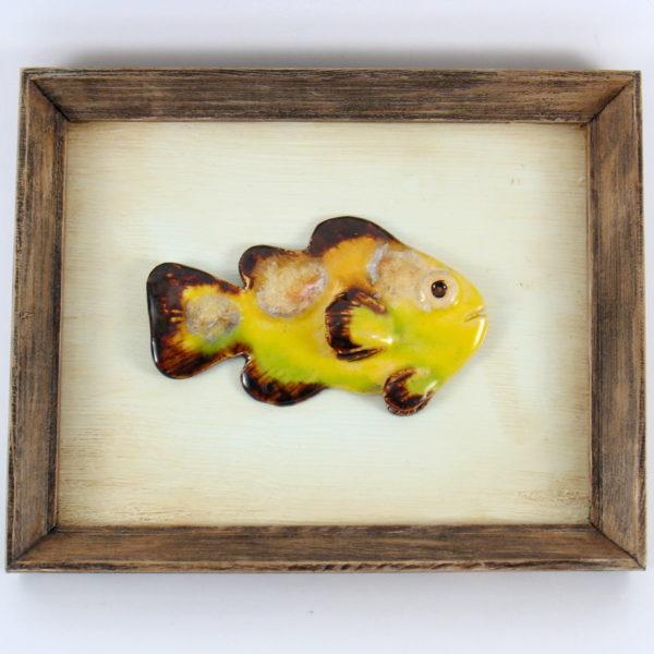 Żółta rybka ceramiczna w ramie , ceramiczna zawieszka na ścianę, oprawiona w drewnianą, postarzaną ramę o wymiarach 20,5 x19 cm, doskonały prezent.