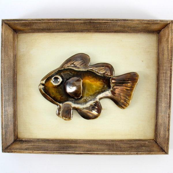 Brązowa rybka ceramiczna w ramie , ceramiczna zawieszka na ścianę, oprawiona w drewnianą, postarzaną ramę o wymiarach 20,5 x19 cm, doskonały prezent.
