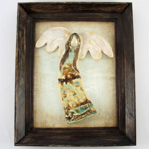 Beżowo-turkusowy anioł w ramie, ceramiczna zawieszka na ścianę, oprawiony w drewnianą, postarzaną ramę o wymiarach 20,5 x19 cm, doskonały prezent.