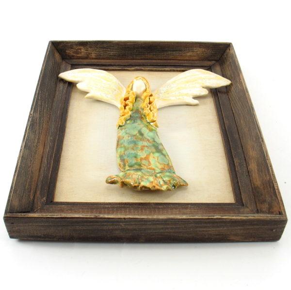 Zielony anioł ceramiczny w ramie, zawieszka na ścianę, oprawiony w drewnianą, postarzaną ramę o wymiarach 20,5 x19 cm, doskonały prezent.