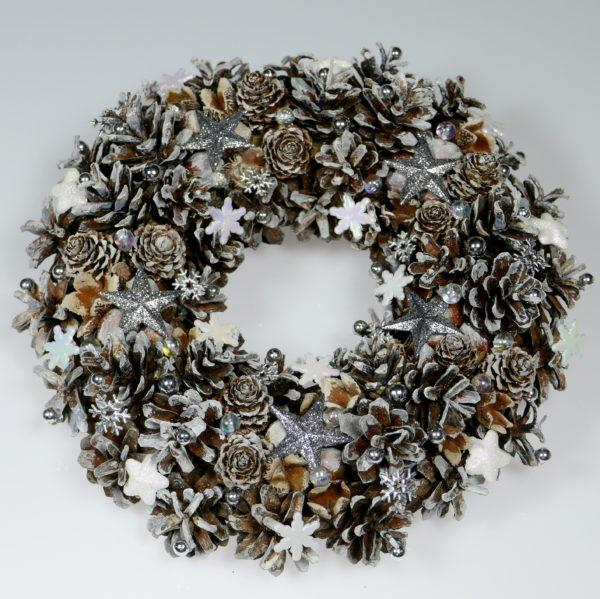 Biały wianek świąteczny z szyszek