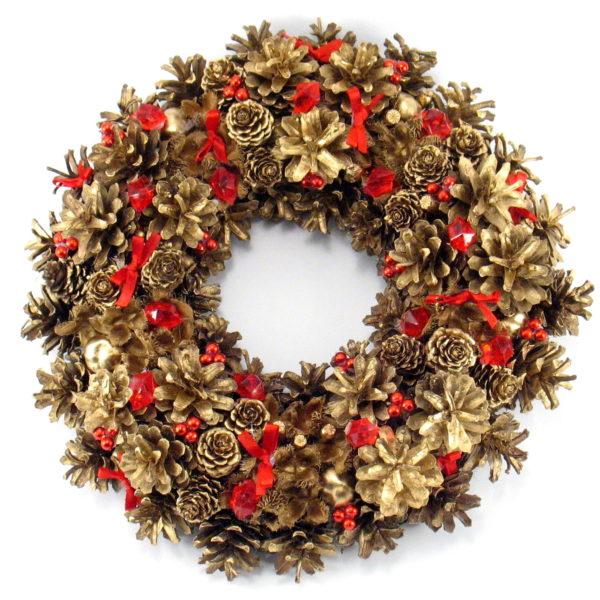 Złoty wieniec świąteczny z czerwonymi ozdobami