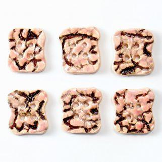 Guzik ceramiczny nieregularny różowy, oryginalna ozdoba