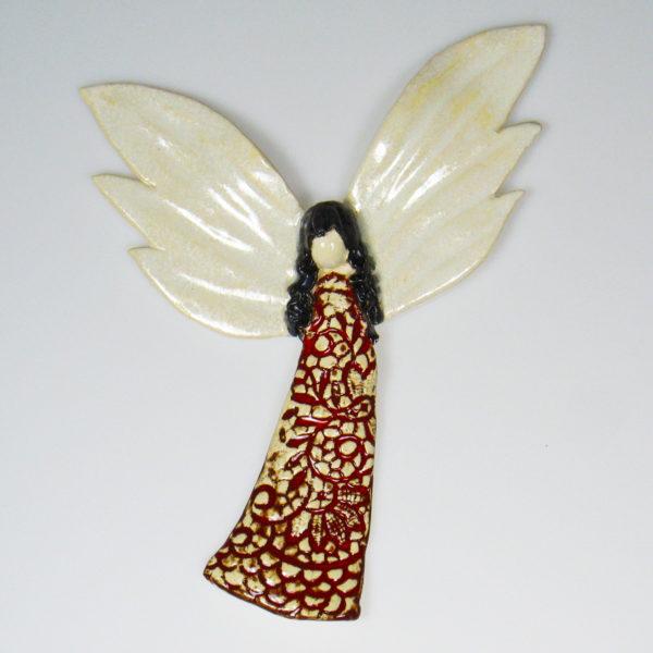 Anioł ceramiczny w czerwonej koronce. Doskonały prezent na chrzest, roczek, komunię. Ozdoba pokoju dziecinnego. Wysokość 20 cm, szerokość 16 cm.