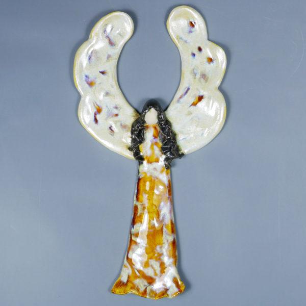 Anioł ceramiczny bursztynowy. Doskonały prezent na chrzest, roczek, komunię. Ozdoba pokoju dziecinnego. Wysokość 27 cm, szerokość 15 cm.