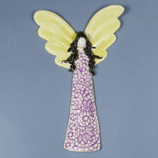 Anioł ceramiczny w różowej koronce. Doskonały prezent na chrzest, roczek, komunię. Ozdoba pokoju dziecinnego. Wysokość 21,5 cm, szerokość 14 cm.