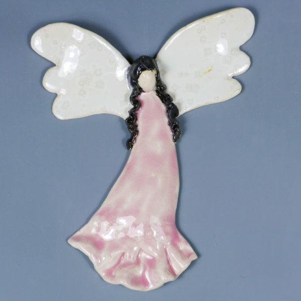 Różowy anioł ceramiczny . Doskonały prezent na chrzest, roczek, komunię. Ozdoba pokoju dziecinnego. Wysokość 15 cm, szerokość 12,5 cm.