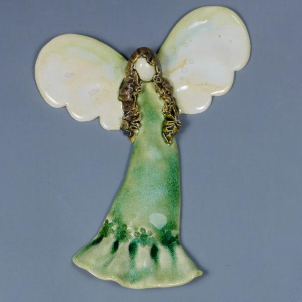 Zielony anioł ceramiczny . Doskonały prezent na chrzest, roczek, komunię. Ozdoba pokoju dziecinnego. Wysokość 17,5 cm, szerokość 13,5 cm.