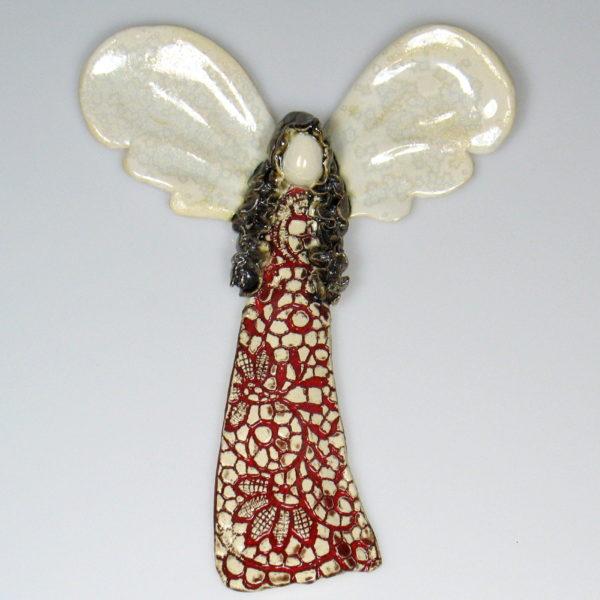 Aniołek ceramiczny w czerwonej koronce. Doskonały prezent na chrzest, roczek, komunię. Ozdoba pokoju dziecinnego. Wysokość 18 cm, szerokość 14 cm.