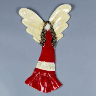 Anioł ceramiczny w czerwonej sukience, pełen energii opiekun domowego ogniska, będzie z oddaniem chronił obdarowaną osobę. Rękodzieło.