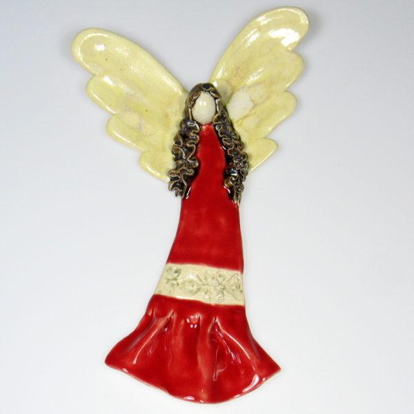 Anioł ceramiczny w czerwonej sukience. Doskonały prezent na chrzest, roczek, komunię. Ozdoba pokoju dziecinnego. Wysokość 22 cm, szerokość 13,5 cm.