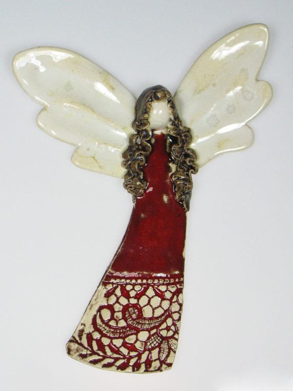 Aniołek ceramiczny czerwony. Doskonały prezent na chrzest, roczek, komunię. Ozdoba pokoju dziecinnego. Wysokość 17,5 cm, szerokość 13 cm.