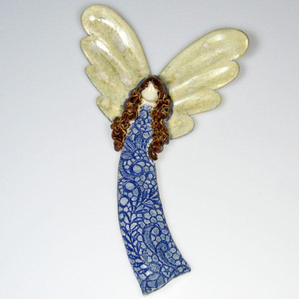 Anioł ceramiczny w niebieskiej koronce. Doskonały prezent na chrzest, roczek, komunię. Ozdoba pokoju dziecinnego. Wysokość 22 cm, szerokość 13,5 cm.