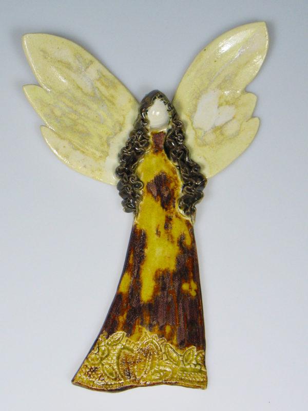 Anioł ceramiczny brązowo-miodowy. Doskonały prezent na chrzest, roczek, komunię. Ozdoba pokoju dziecinnego. Wysokość 20 cm, szerokość 14 cm.