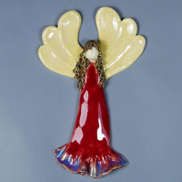 Czerwony anioł ceramiczny. Doskonały prezent na chrzest, roczek, komunię. Ozdoba pokoju dziecinnego. Wysokość 20 cm, szerokość 13 cm.