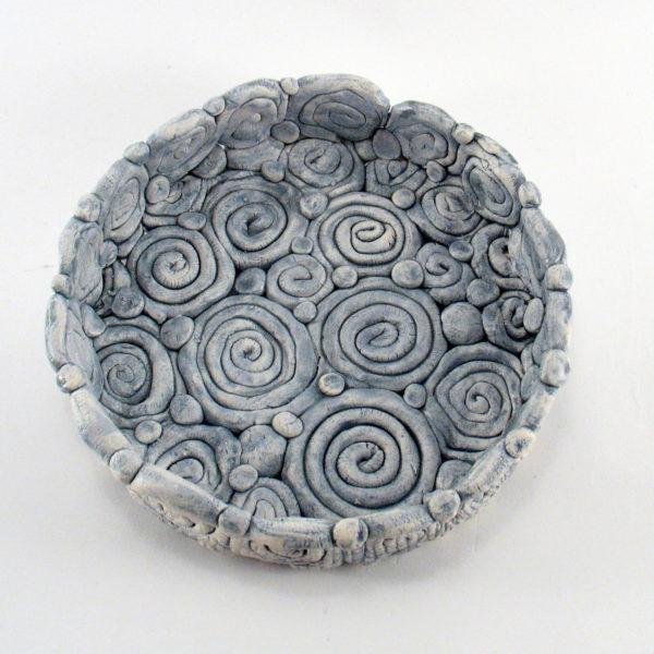 Ażurowa miseczka ze spiralkami, uformowana ręcznie z jasnej gliny. Niepowtarzalny egzemplarz, doskonały prezent. Gotowy do wysyłki.