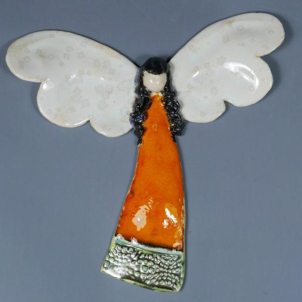 Pomarańczowy aniołek ceramiczny . Doskonały prezent na chrzest, roczek, komunię. Ozdoba pokoju dziecinnego. Wysokość 17 szerokość 17,5 cm.