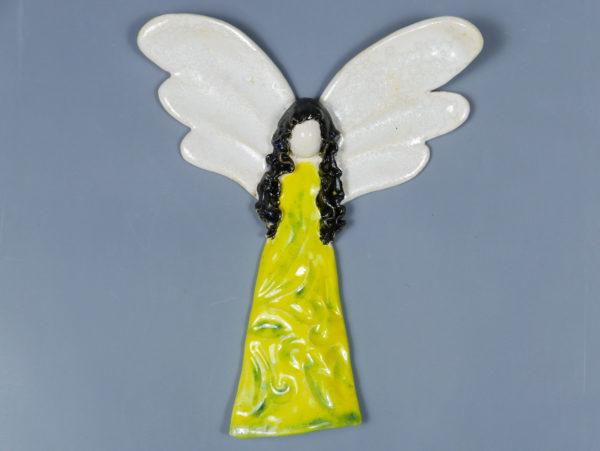 Żółto-zielony anioł ceramiczny. Doskonały prezent na chrzest, roczek, komunię. Ozdoba pokoju dziecinnego. Wysokość 16 cm, szerokość 13 cm.