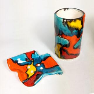 Ceramiczne akcesoria łazienkowe, dekoracyjne i użytkowe, ręcznie wykonane z gliny i glazurowane w ciepłych kolorach; do łazienki, do kuchni.