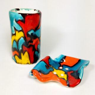 Zestaw łazienkowy, w ciepłych kolorach, dekoracyjny, ręcznie wykonany z gliny i glazurowany; do łazienki, do kuchni, do ubikacji.