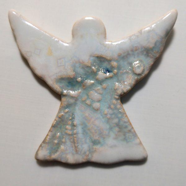 Biało-błękitny aniołek ceramiczny na magnes