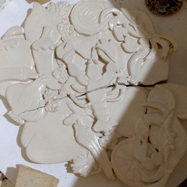 Płaskorzeźba ceramiczna w piecu