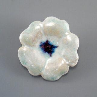 Broszka ceramiczna Perłowy Kwiatek - oryginalna, ozdobna biżuteria do urozmaicenia letniej kreacji