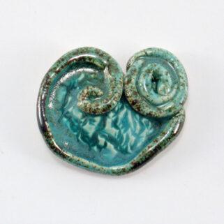 Broszka ceramiczna Powracająca Fala to oryginalny dodatek do ubrań,