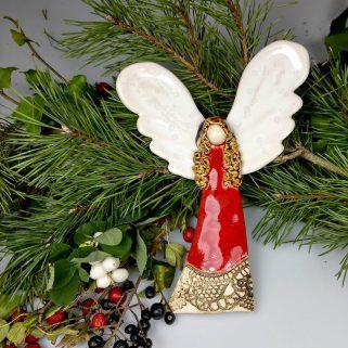 Anioł ceramiczny Radosny w czerwonej sukience, pamiątka z chrztu lub przyjęcia