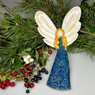 Aniołek ceramiczny Życzliwy, dekoracja ściany salonu